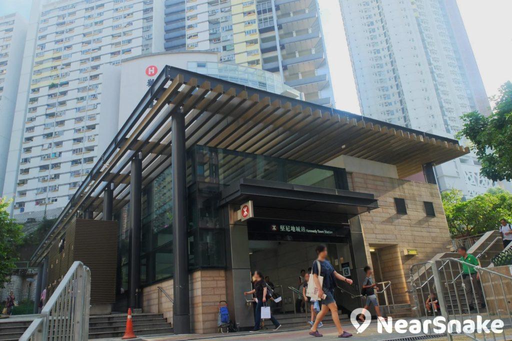 站在港鐵堅尼地城 C 出口向上望,入目盡是公共房屋,惟向後望則是西環新蘇豪區的滿街高檔食肆及酒吧,相信惟香港才有這種可愛景觀吧!