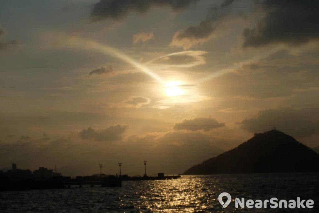 傍晚時分來到西環 SOHO 區,便可觀賞「鹹蛋黃」般的太陽,不枉此行的。