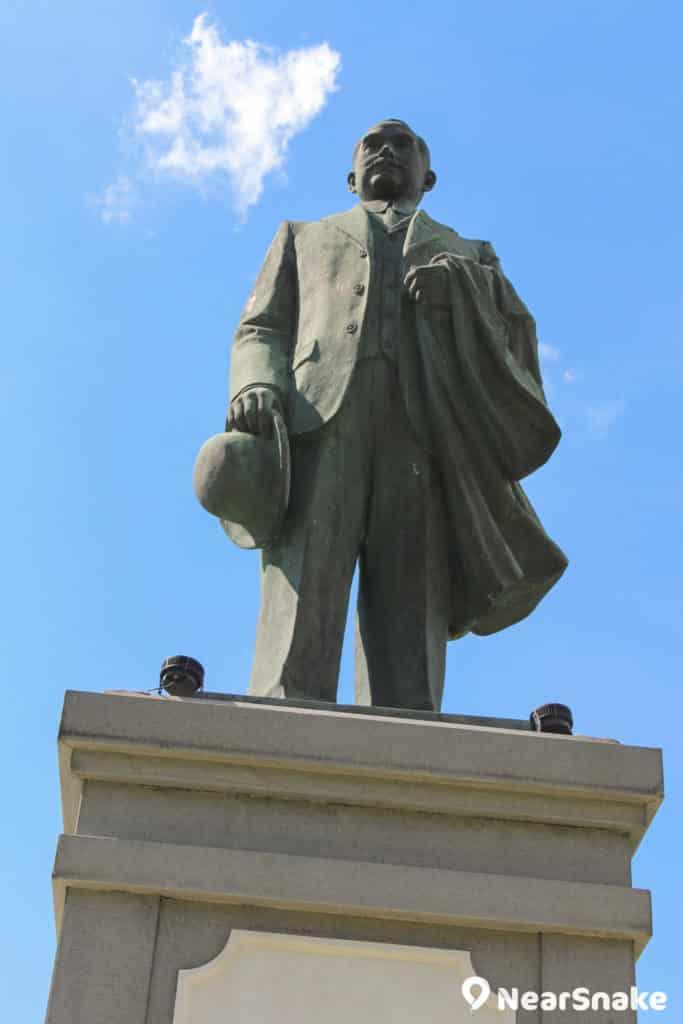 中山紀念公園草坪中央竪立了孫中山銅像。