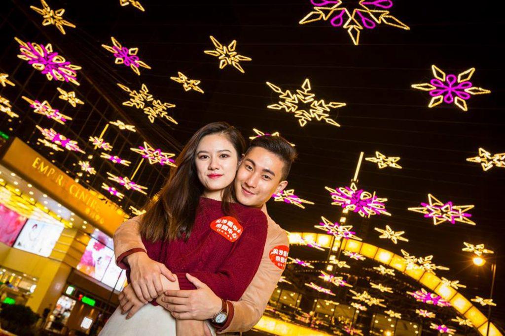 從低角度拍攝尖東麼地里的「雪花星海」聖誕燈飾,構圖效果更為理想。