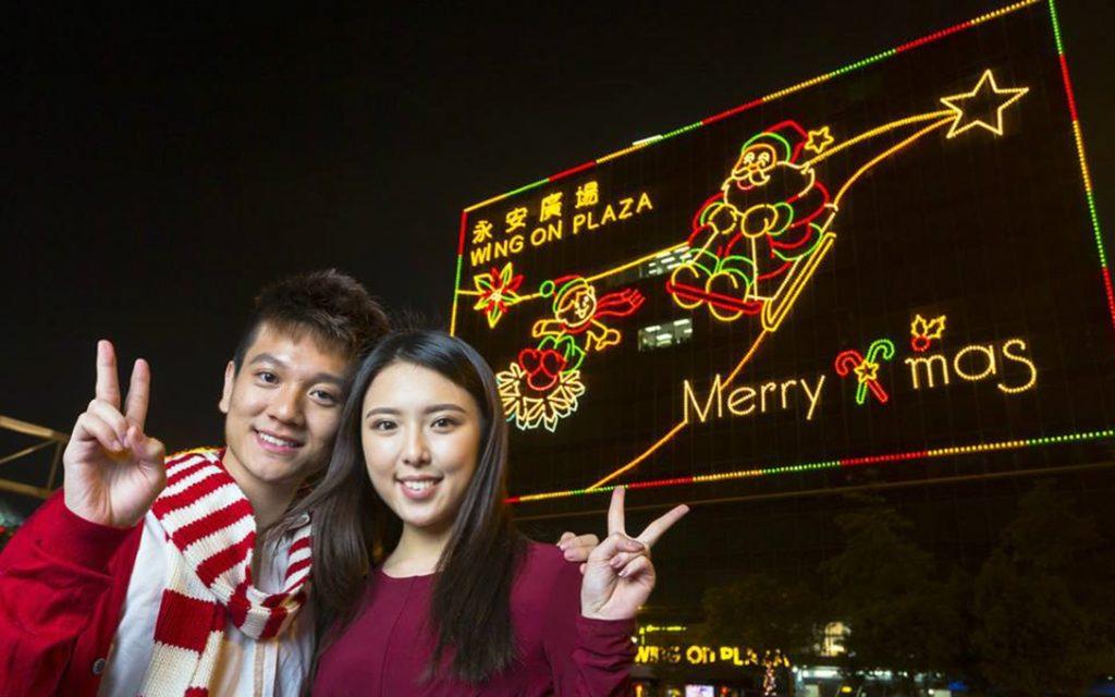 在傳統尖東燈飾前合照,是不少情侶的指定動作。