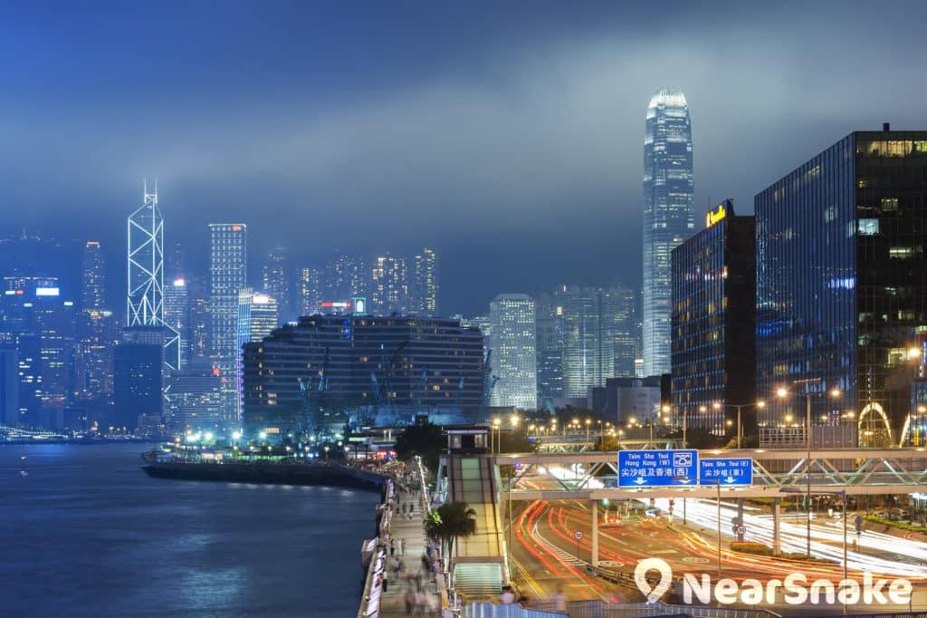 由紅磡步行至尖沙咀海濱,會忽然看到廣闊燦爛的維港風景。