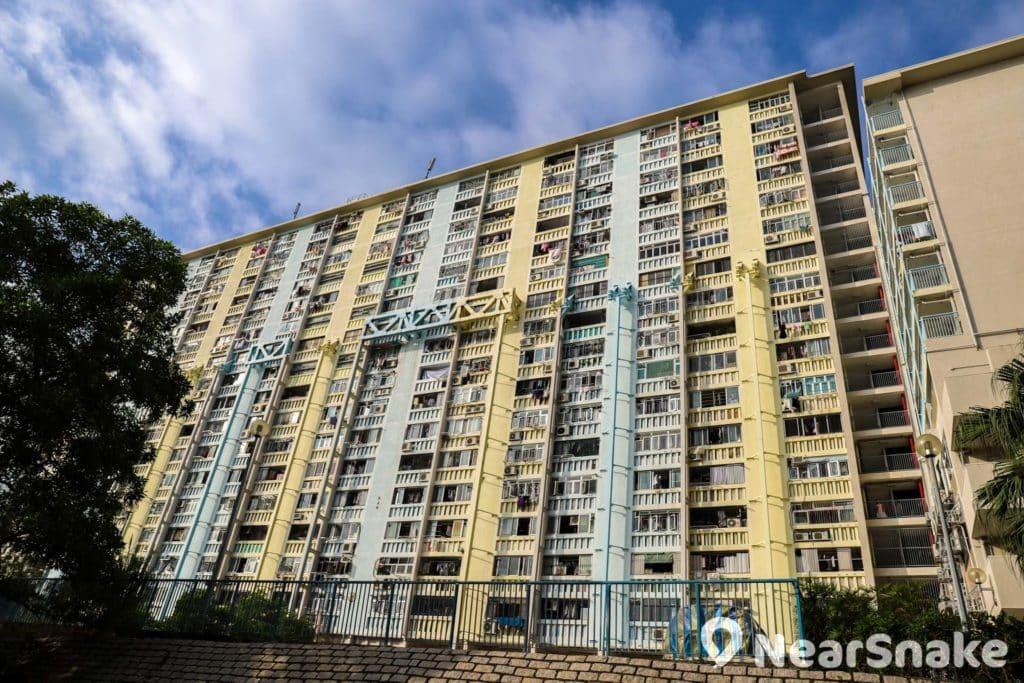 華富邨部分樓宇早年被揭發結構有危險,需加設巨型鋼架鞏固。
