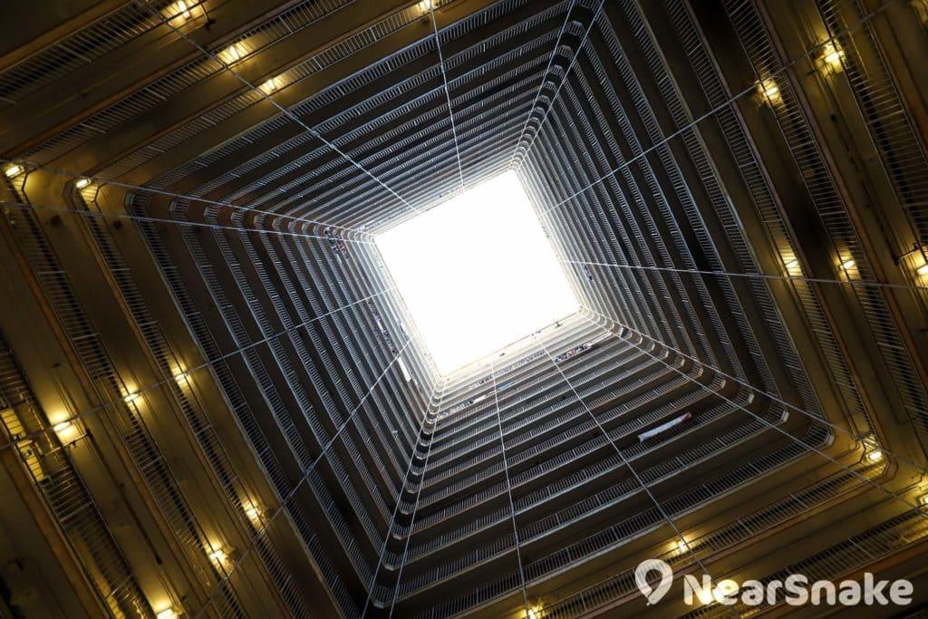 華富邨的天井建築設計相當標誌性,是必到的影相位。
