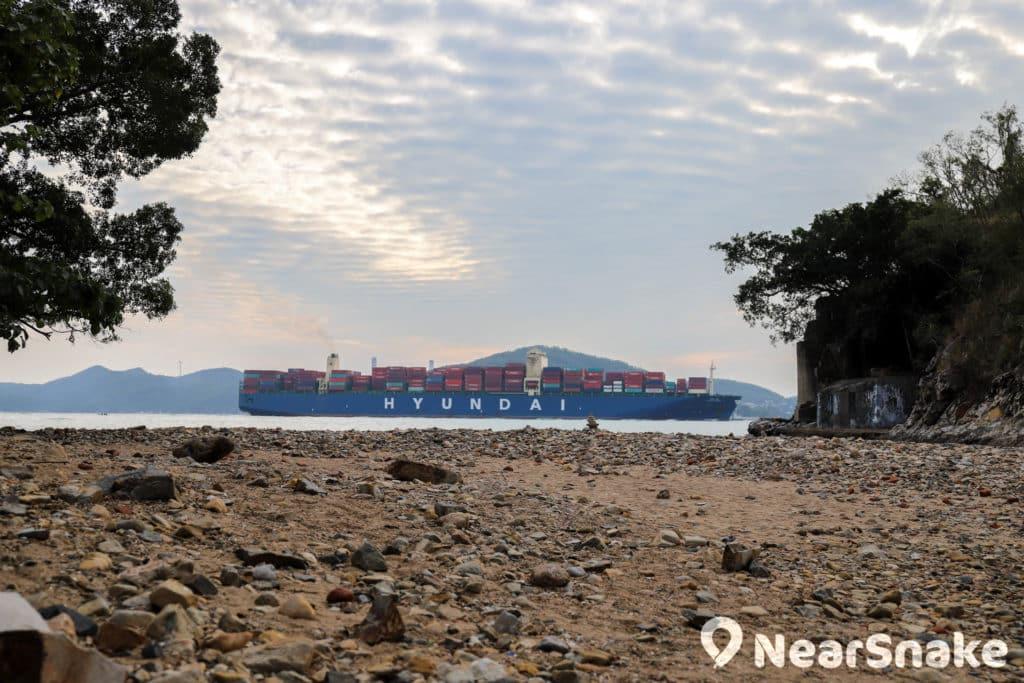 從瀑布灣公園望向東博寮海峽,不時會有巨型貨船緩緩駛過。
