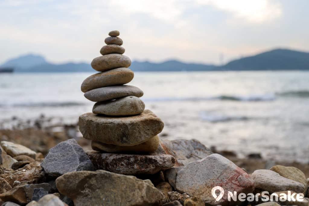 瀑布灣石灘上有人疊起了石頭,只要不跌下來,祈永願望便會實現了嗎?