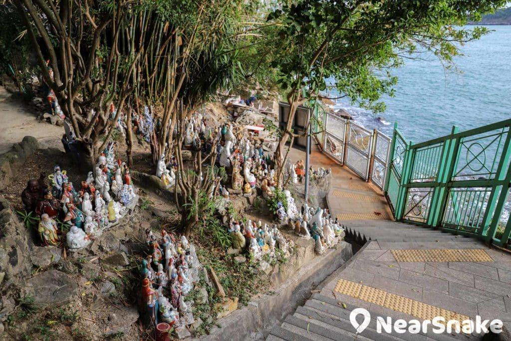 泳棚附近滿山神佛,據說是居民搬離華富邨時留下。