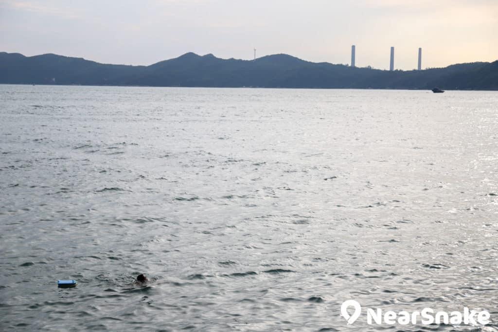 泳客可一面游泳、一面遠眺南丫島,可說是瀑布灣泳棚的一大特色。