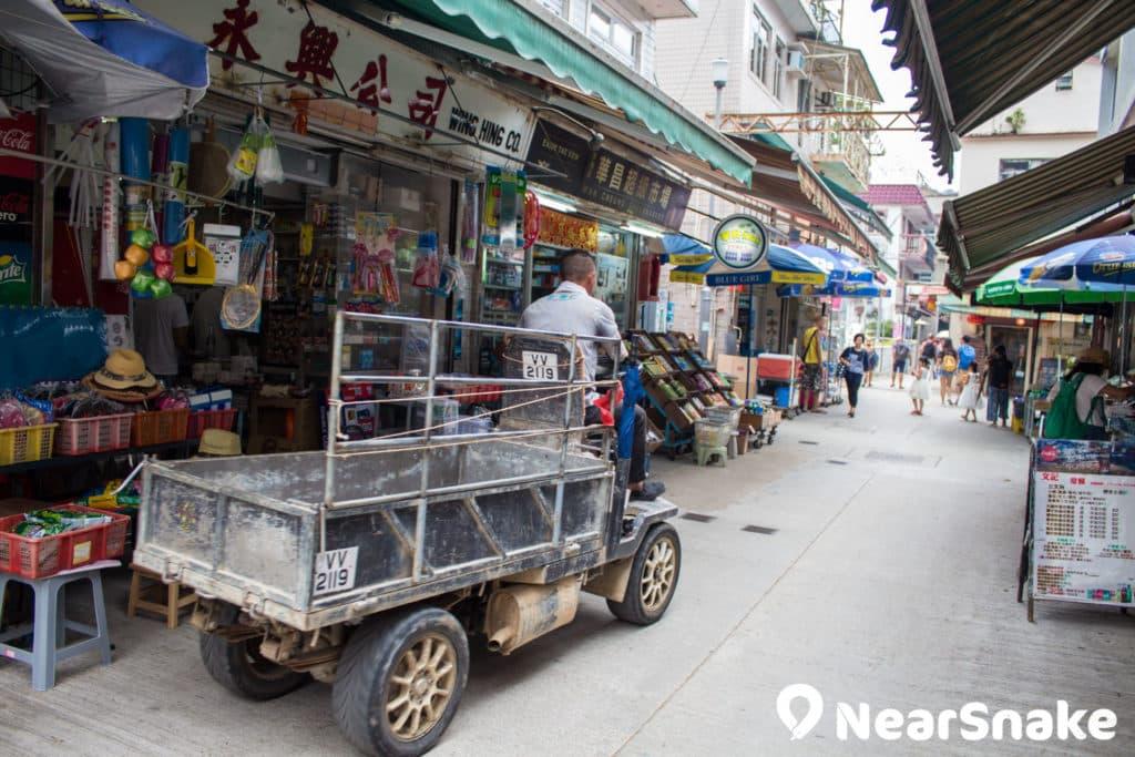 南丫島上沒有私家車或公共交通工具,有的只是這種運貨的四輪車。