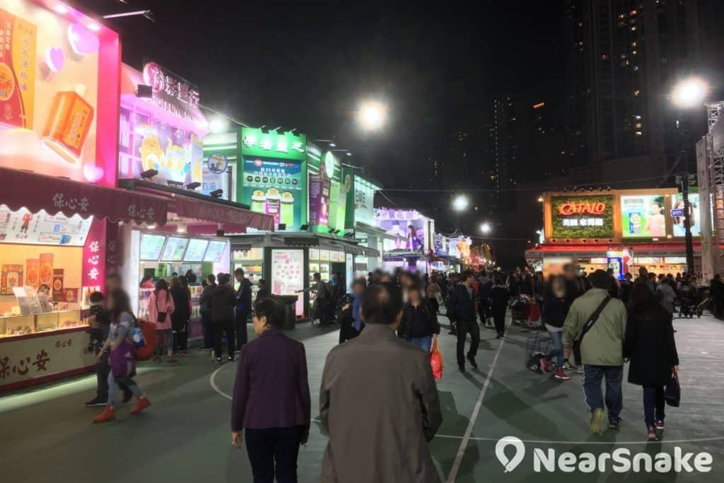 2017/2018 香港工展會會場內設有各式各樣的展區,包括香港名牌廣場區、食品飲料區、糧油麵食區、蔘茸海味湯料區、美容保健區、服飾精品區、生活家居區、美食廣場、社企區及推廣區。