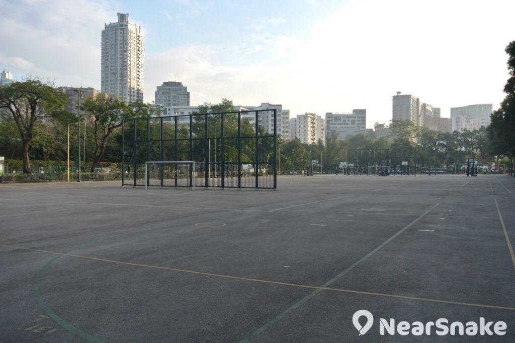 界限街花墟公園有猶如一望無際的大片空地,用作建設球場是最為正確的。