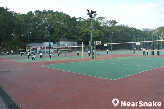 偶而看到小學生在花墟公園球場上體育堂,可不要騷擾到他們呀!