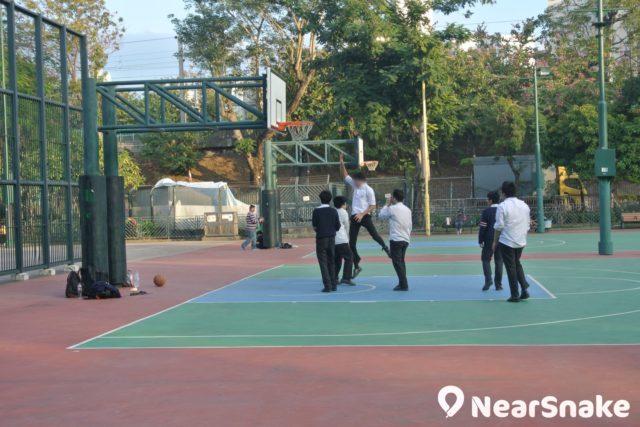 花墟公園籃球場上,總會看到還沒脫下校服,便在揮灑汗水的年輕學生。
