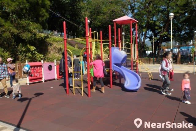 花墟公園旁還有一個佔地不算小的兒童遊樂場,設施十分多,周末多人時也不怕小朋友爭玩。
