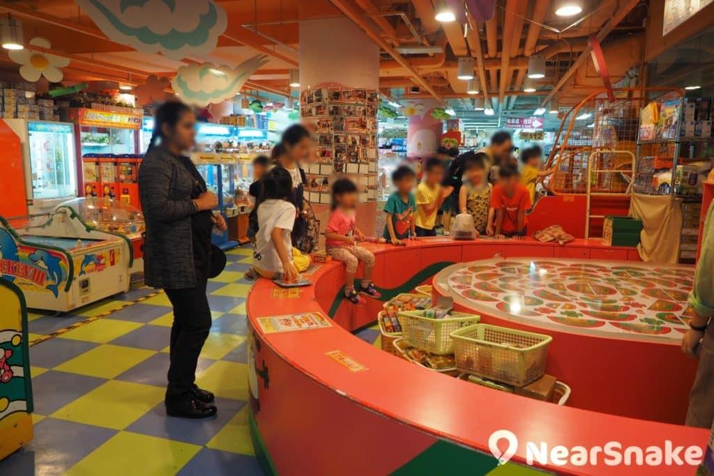 除飲食和購物外,置富嘉湖商場亦提供兒童遊樂園和遊戲機中心,一家大小玩遊戲同樣開心。