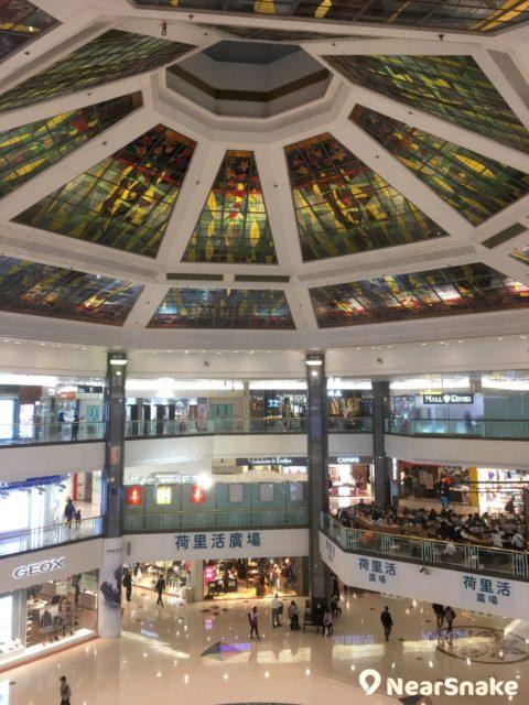 位於荷里活廣場正中央的「明星廣場」,採用中空設計,搭配頂部的多邊形彩色玻璃天幕,感覺非常開揚。