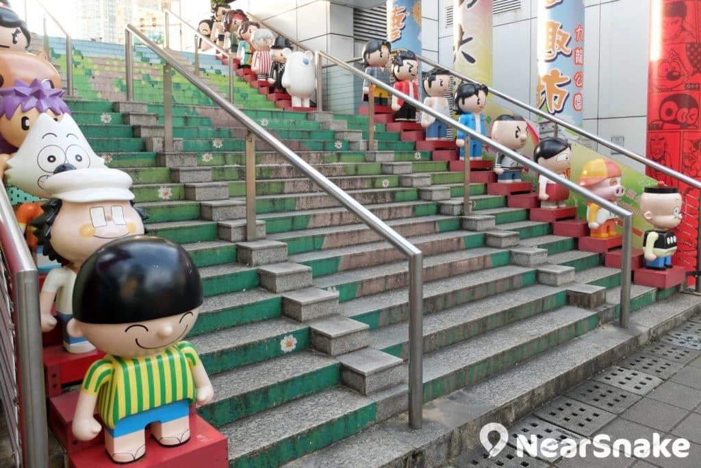 柏麗購物大道中央,一整道樓梯的 Cute 版造型動漫人物 Kubick 正「排排企」歡迎你,這裡走上去便是漫畫星光大道。