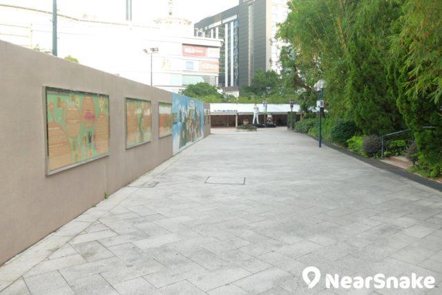 忙於和漫畫人物拍照之餘,記著也要到香港漫畫星光大道轉彎道的長廊,那裡掛有香港漫畫歷史、創作過程及漫畫家的介紹,有助閣下多了解香港漫畫文化。