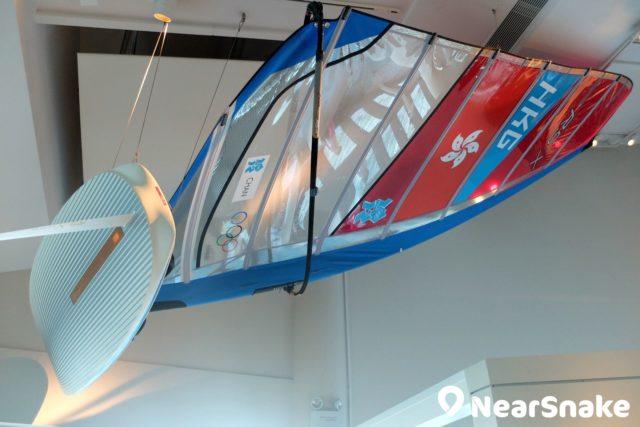 海事博物館的天花懸掛著風之后李麗珊曾使用的滑浪風帆。