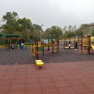 佐敦谷公園兒童遊樂場面積不大,設施規模只屬合格,惟最驚喜的是設有韆鞦,既可讓小朋友玩得開心,大人們也可重拾童年回憶。