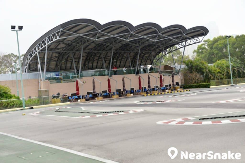 佐敦谷公園遙控模型賽車場內的跑道 A 場不但具有符合國際規格的賽道,更設有有蓋看台,適合舉辦國際性遙控模型車比賽。