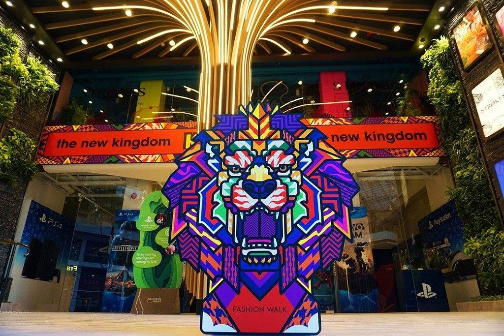 Fashion Walk 邀請泰國街頭塗鴉王Rukkit Kuanhawate 舉行香港首個藝術展,以萬獸之「王」獅子為主題,製作《Fashion Walk 彩獅「KING」城慶新春》新年佈置。