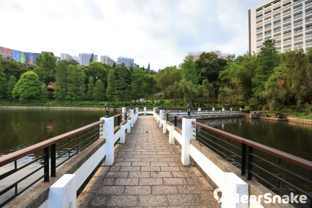 未圓湖有「二橋」 ,除獅子亭旁的「拱橋」外,還有圖中長長的「曲橋」。
