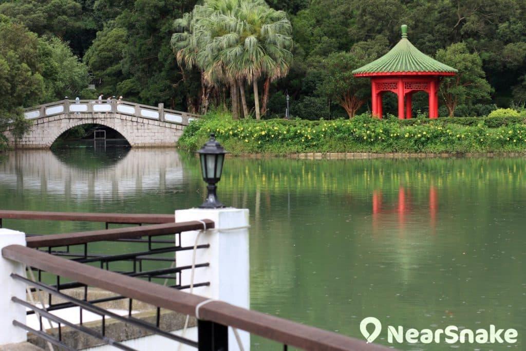 未圓湖拱橋旁建有一個中國傳統八角亭,名曰「獅子亭」,以紀念獅子會捐獻之德。