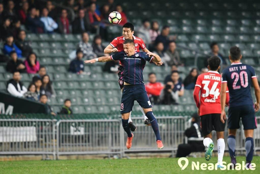 在香港大球場舉行的2017 年賀歲盃足球賽,多次出現「頭槌」空戰的場面,叫人看得熱血沸騰。
