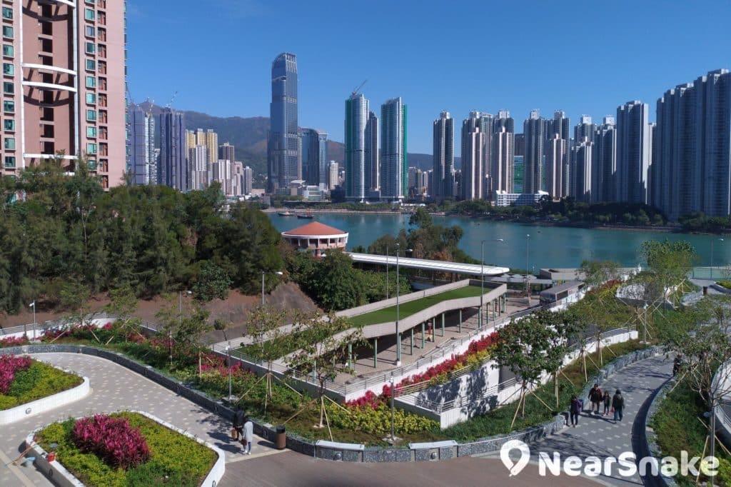 青衣城二期平台花園盡目一片旺中帶靜的景色,勢成葵青區居民的遊訪熱點。