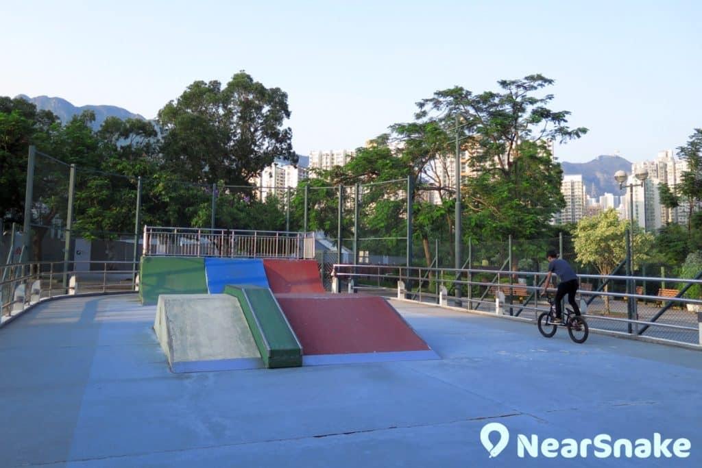 摩士公園內的滾軸溜冰場建有障礙物,讓滾軸溜冰愛好者在此大玩「花式」,是香港遊樂場鮮見的設計。