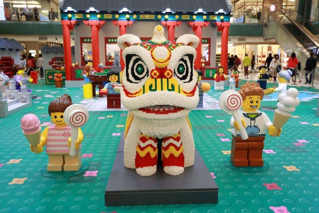 由 Andy Hung 團隊以 15 萬顆 LEGO Bricks 全人手組裝而成,長逾 2 米、高逹 1.6 米的「LEGO 巨型鴻運醒獅」,在「新城市廣場 × LEGO 新春遊樂園」會場中最為吸睛。