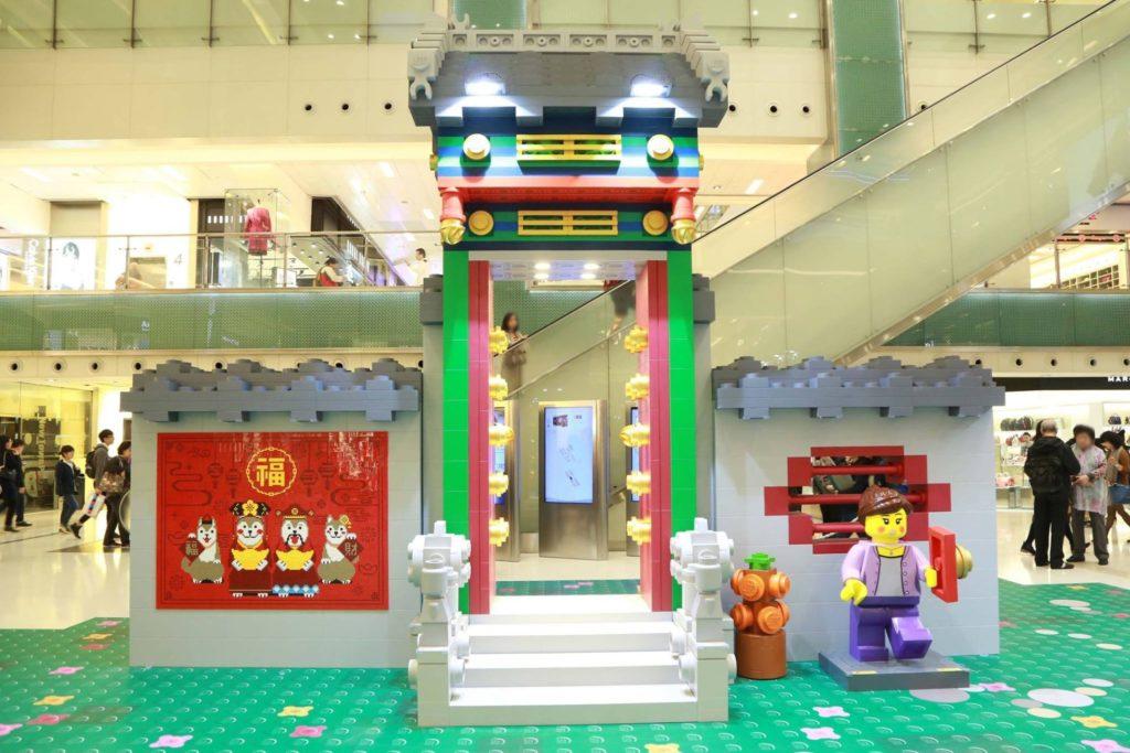 LEGO 與新城市廣場合作打造全球首個農曆新年大宅院主題佈置,把傳統大宅院翻新成玩味充十足的「LEGO 新春遊樂園」!
