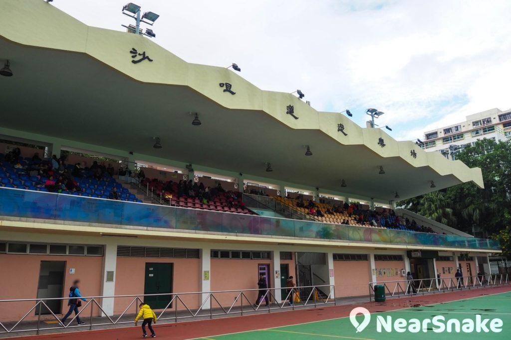 沙咀道遊樂場的足球場旁設有有蓋觀眾看台,約有 960 個座位,坐滿的話相當熱鬧,沒有賽事舉行時,市民會在有蓋看台歇息稍坐,甚至聚會也未嘗不可。