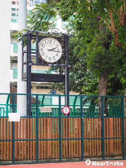 沙咀道遊樂場的球場旁設有一座巨型時鐘,遠遠也能看清時間,雖然外觀稍為殘舊,但依然盡責準時。