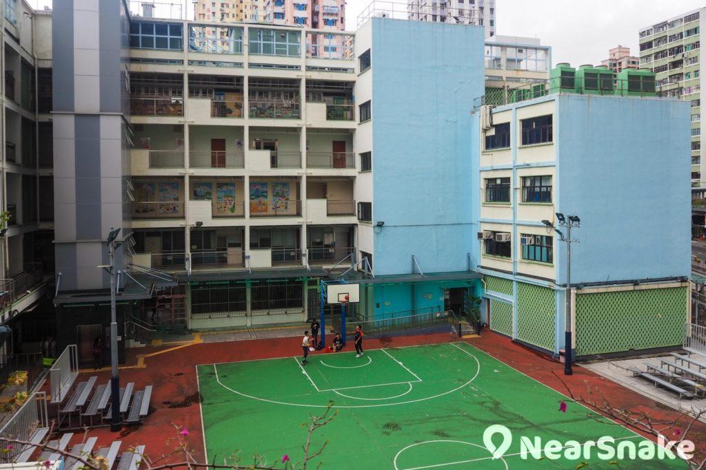 荃灣沙咀道遊樂場與數間學校相鄰,學校借用場地上體育課也相當方便。