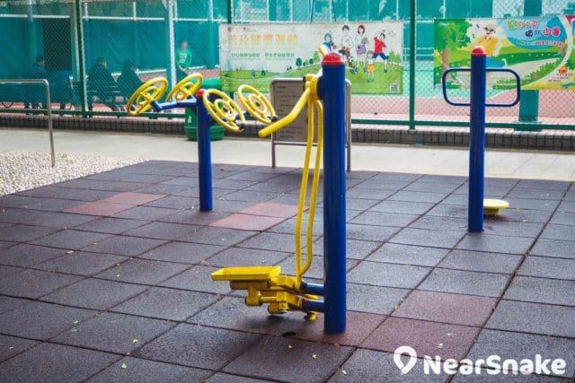 荃灣沙咀道遊樂場設有長者健體園地,當然不少得舒展和鍛鍊身體的設施。
