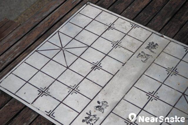 沙咀道遊樂場桌上刻有象棋棋盤,無論大家落場對奕,或是做隻「塘邊鶴」論戰,也是很過癮!