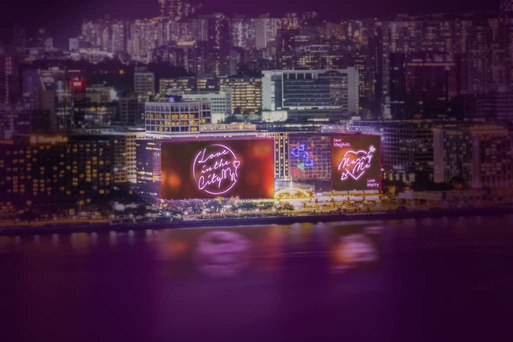 尖沙咀中心及帝國中心外牆的巨型 LED 屏幕,在情人節當天會化身成全港最大心意卡。
