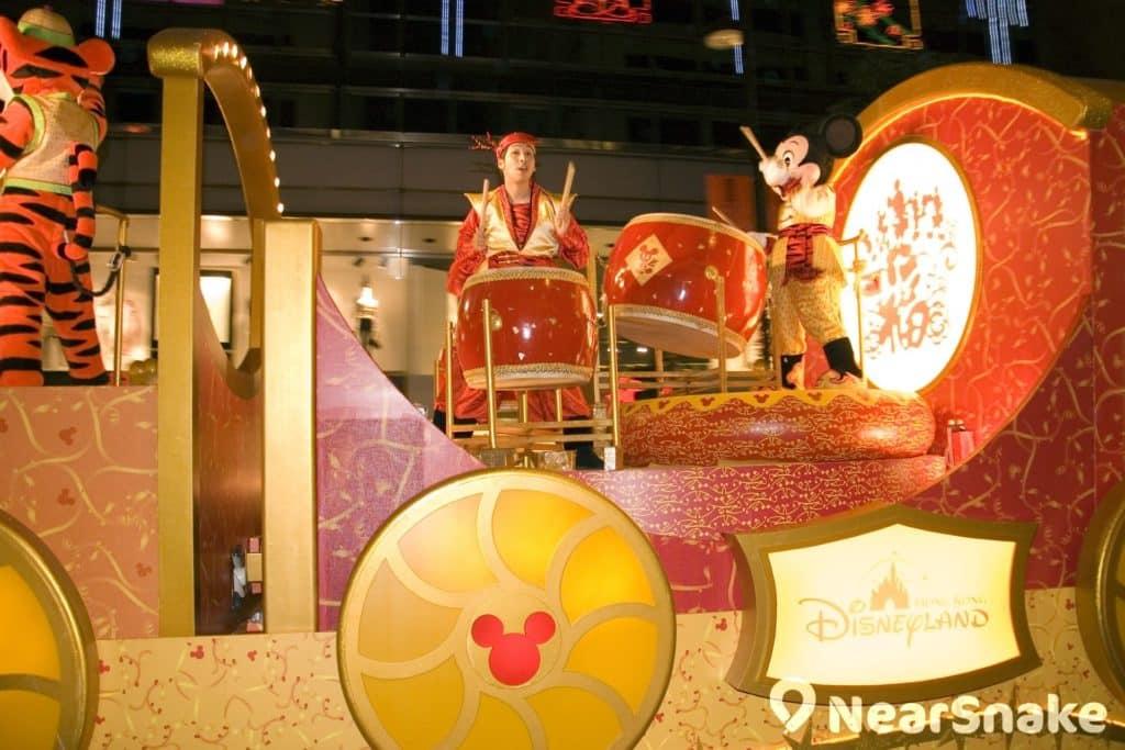 香港迪士尼樂園曾派出米奇老鼠(米老鼠,Mickey Mouse)參與新春花車巡遊,打鼓助興。