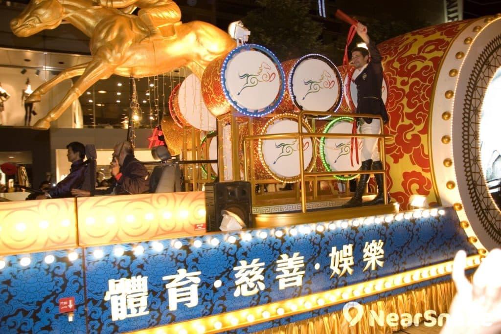 香港賽馬會派出騎師造型的表演者,踏著金馬花車,加入新春花車巡遊行列。