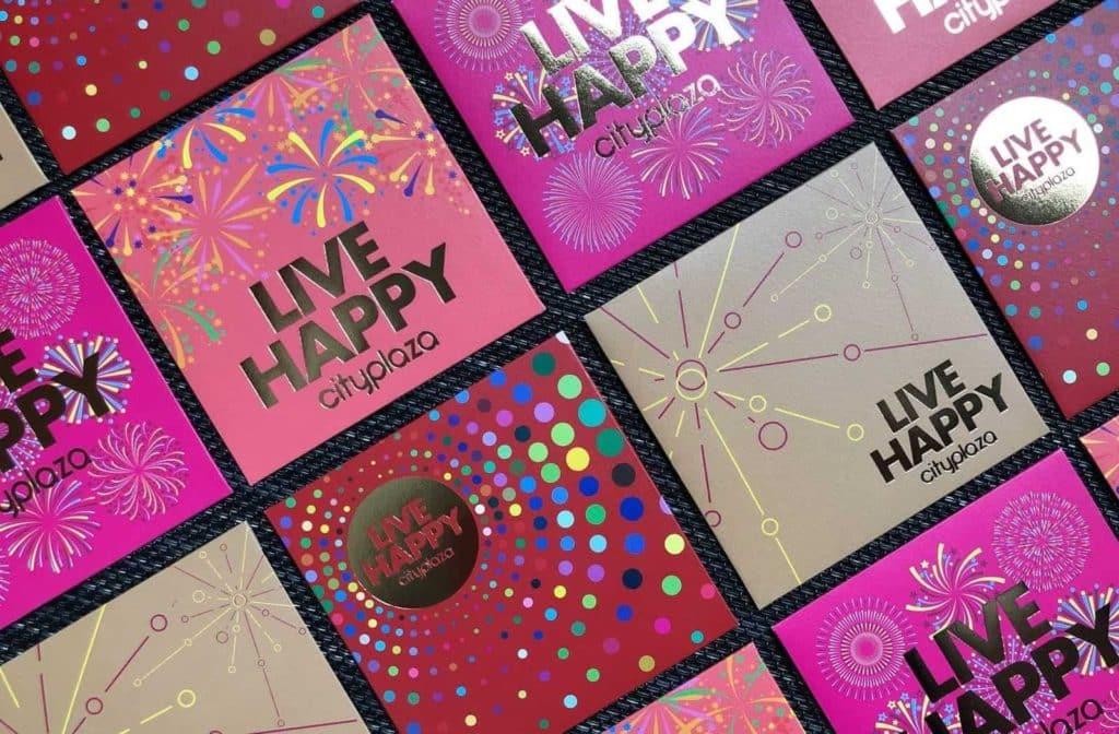 太古城中心設計了 LIVE HAPPY 燙金利是封,以四款不同的繽紛煙火圖案為設計主題,寓意新年一炮而紅!
