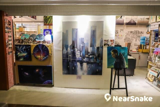 D2 Place 主打文化創意,一般商場少見的畫廊亦有引入。