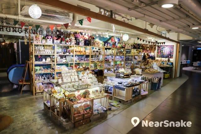 D2 Place 商場內的店舖不少售賣本土手作。