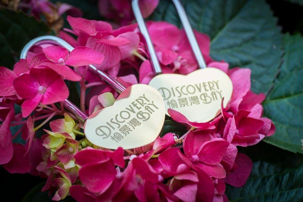 愉景灣特製的愛情心鎖可於推廣期間前往愉景北商場,並在愉景灣 Facebook 專頁留言,就可免費換領。(數量有限,換完即止)