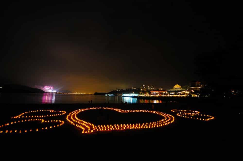 2018 情人節當日,大家可前往大白灣沙灘的經典巨型心形燭光依偎留影。