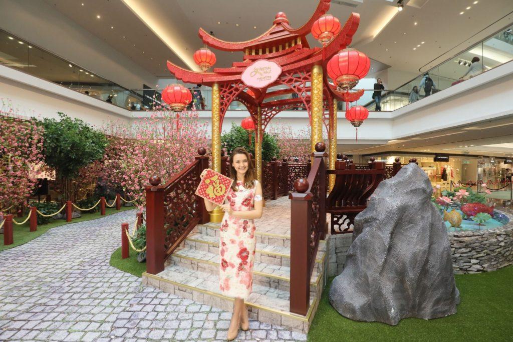 又一城以「桃花御園迎新春」為主題,為商場增添傳統中國皇宮庭園元素。