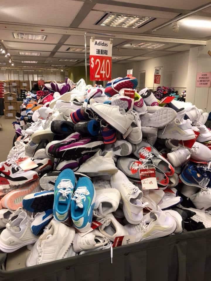 馬拉松便服及運動名牌開倉有一大堆 adidas 運動鞋以特價發售。