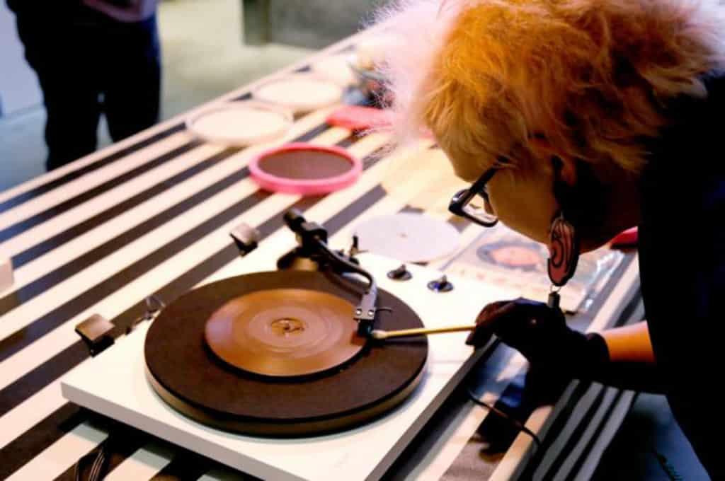 澳洲法籍藝術家 Julia Drouhin 將製作朱古力「黑膠」唱片,更首次把經典廣東歌「溶」入其中。