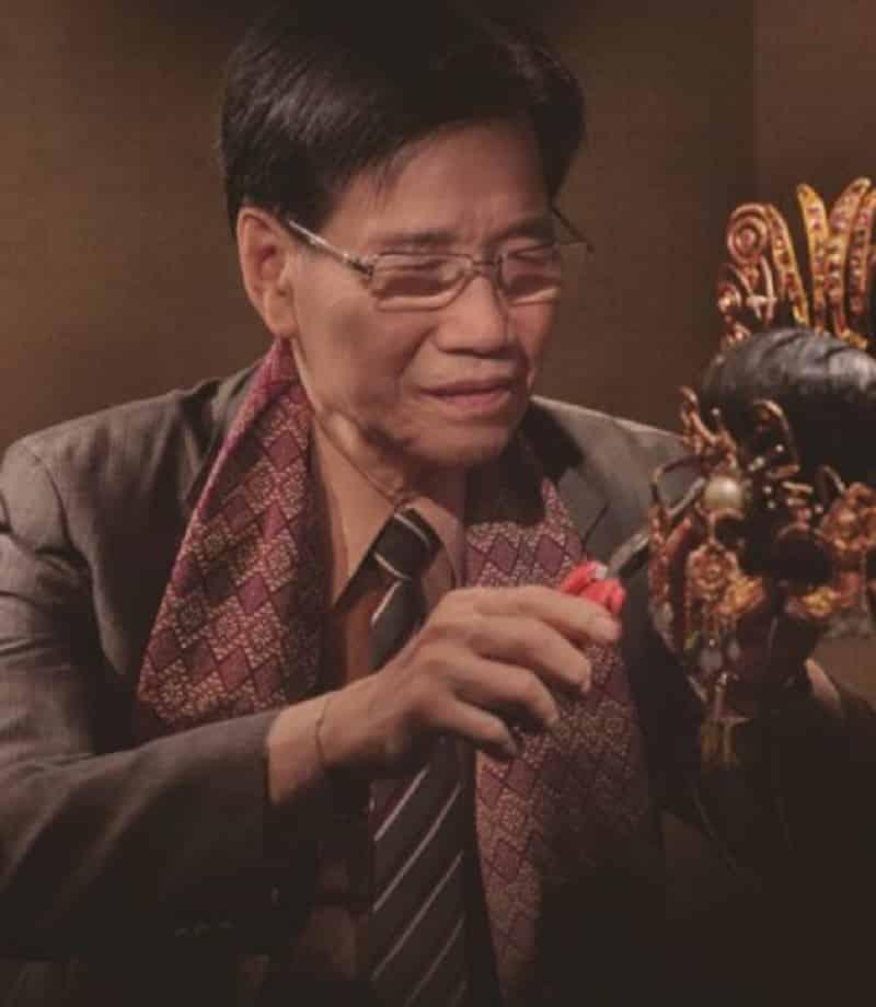 人稱「源哥」的陳國源從事粵劇帽飾製作超過 60 年。